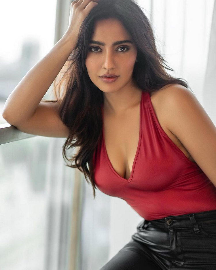 Hot beauty Neha Sharma 1